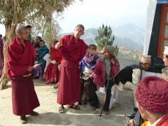 視力検査もはかり方を教えた後はボランティアの僧侶にお願いします