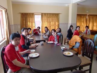 僧侶は私たちのご飯を用意してくれたり、患者さんのご飯も運んでくれます