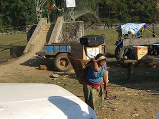 荷物はネパールの方が運んでくれます。これは大切な彼らのお仕事だそうです。