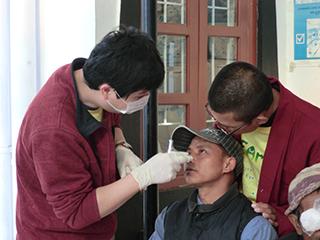 術後診察、通訳してくださる僧侶