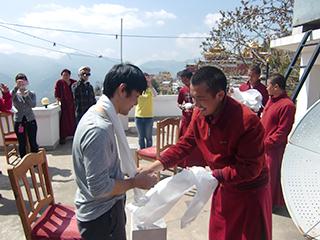 僧侶から歓迎儀式を行っていただきました