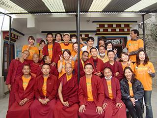 現地の僧侶を交えて記念写真